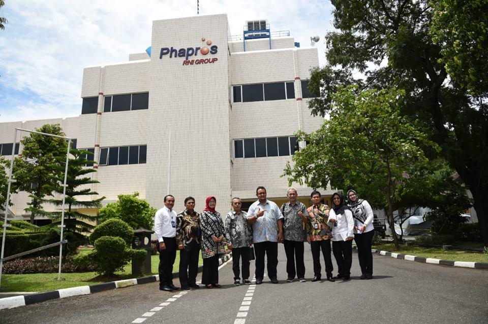 foto bersama di depan PT Phapros